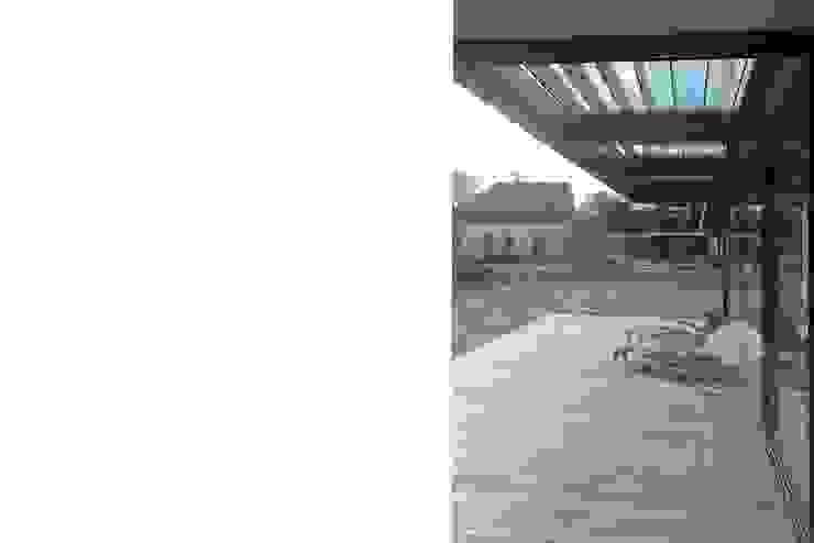veranda Moderne balkons, veranda's en terrassen van Studio Blanca Modern