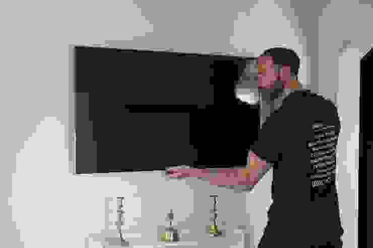 TV wall mounting Lechlade Ruang Keluarga Modern Oleh Lechlade Aerials Modern Metal