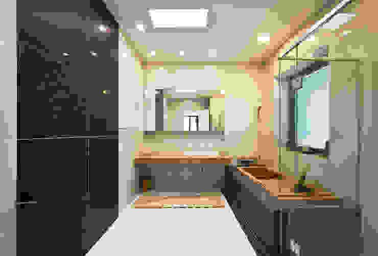 2층 욕실 (주)건축사사무소 모도건축 모던스타일 욕실 타일 화이트