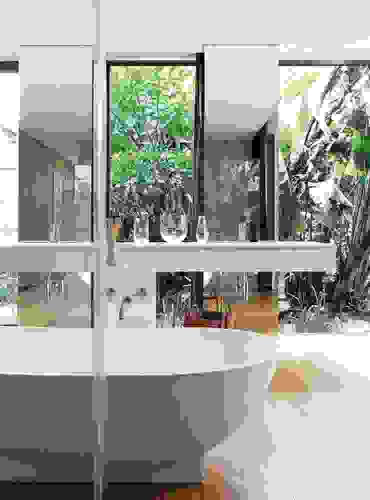 House Cowies Hill Modern bathroom by Ferguson Architects Modern