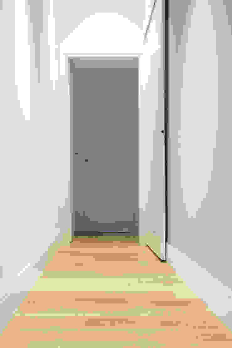 Couloir, entrée, escaliers méditerranéens par quadrato | studio di architettura Méditerranéen Bois Effet bois