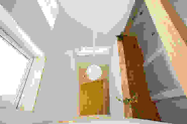 Modern Living Room by 창조하우징 Modern