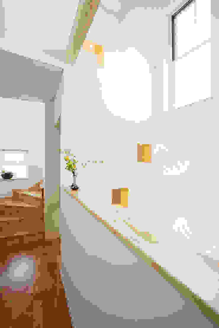 Modern Corridor, Hallway and Staircase by 창조하우징 Modern