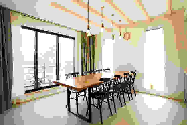 Modern Dining Room by 창조하우징 Modern