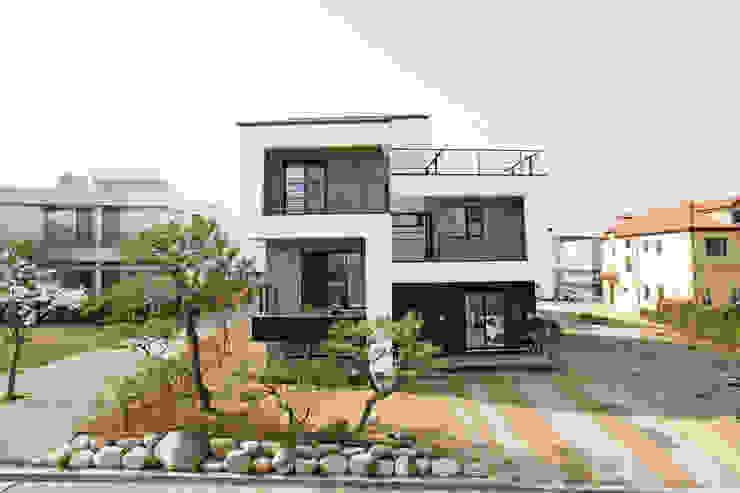 Modern houses by 창조하우징 Modern