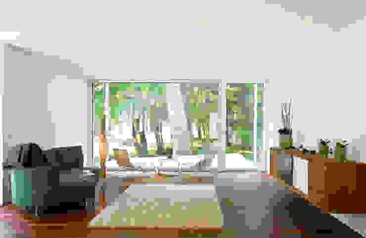 WOHNEN ARCHITEKTEN GECKELER Minimalistische Wohnzimmer Holz