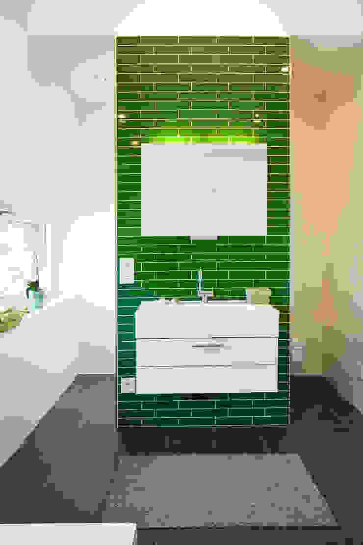 ARCHITEKTEN GECKELER Minimalist style bathroom Tiles Green