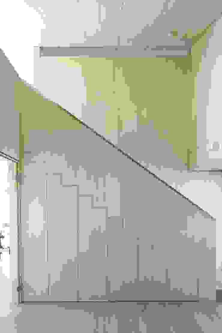 ARCHITEKTEN GECKELER Modern Corridor, Hallway and Staircase Wood White