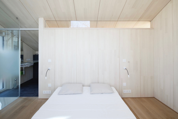 ARCHITEKTEN GECKELER Modern Bedroom Wood White