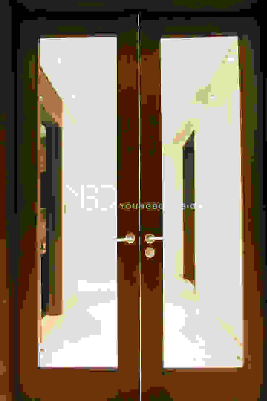 깔끔하게 재탄생한 현관중문 모던스타일 복도, 현관 & 계단 by 영보디자인 YOUNGBO DESIGN 모던