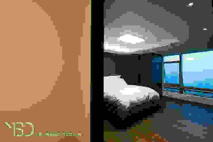 짙은 블루톤의 침실 모던스타일 침실 by 영보디자인 YOUNGBO DESIGN 모던