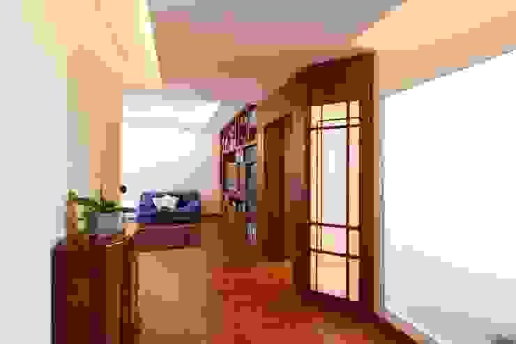 Ingresso Ingresso, Corridoio & Scale in stile moderno di Daniele Arcomano Moderno Legno Effetto legno