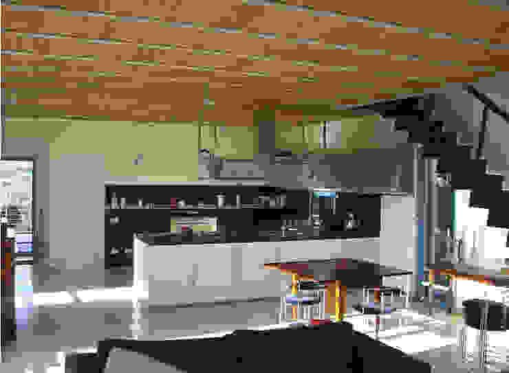 Modern kitchen by Studio Crachi Modern