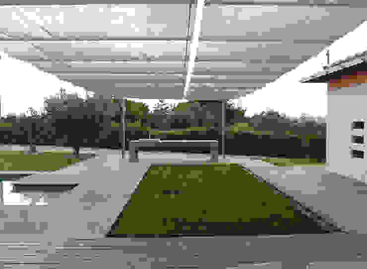 Modern Garden by Studio Crachi Modern