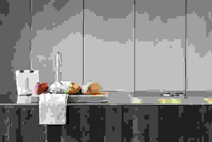 20161102 – KITCHEN WITH ISLAND WITH STEEL AND BLACK PINE WOOD Cocinas de estilo moderno de TM Italia Moderno