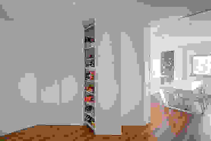 Contexto ® Minimalist corridor, hallway & stairs Engineered Wood White