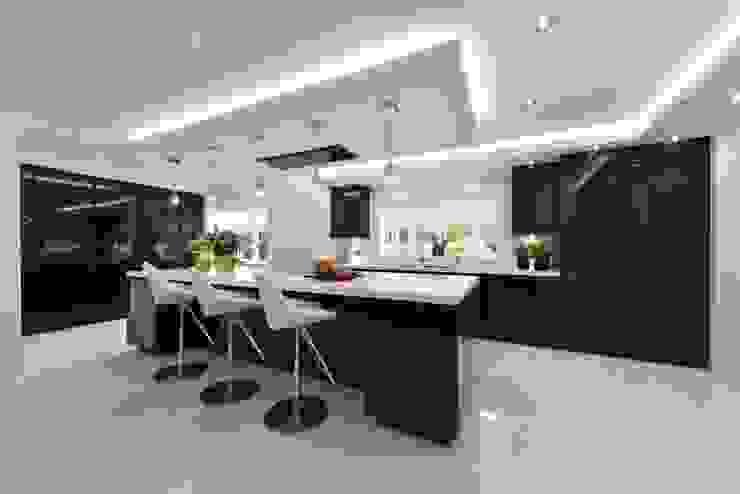 Cheshire Kitchen Modern kitchen by Diane Berry Kitchens Modern Glass