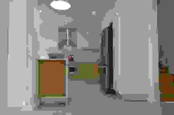 kitchen Modern kitchen by Première Interior Designs Modern Engineered Wood Transparent