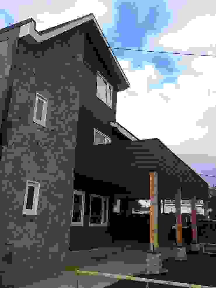 FACHADA PRINCIPAL Casas de estilo ecléctico de U.R.Q. Arquitectura Ecléctico Compuestos de madera y plástico