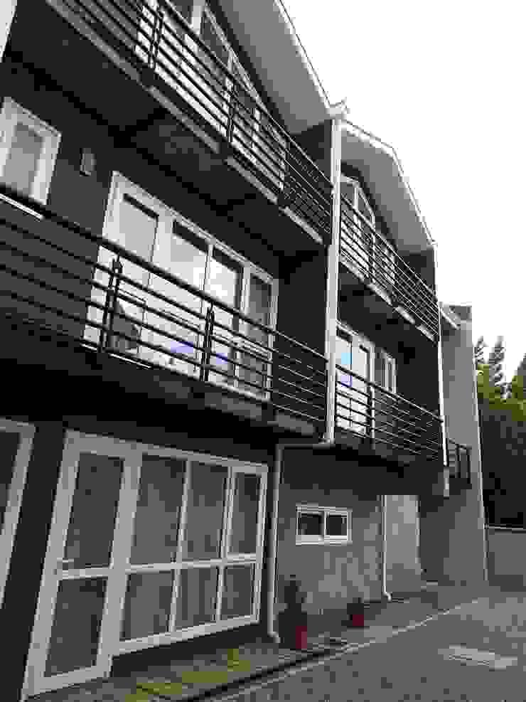 FACHADA LATERAL Casas de estilo ecléctico de U.R.Q. Arquitectura Ecléctico Compuestos de madera y plástico