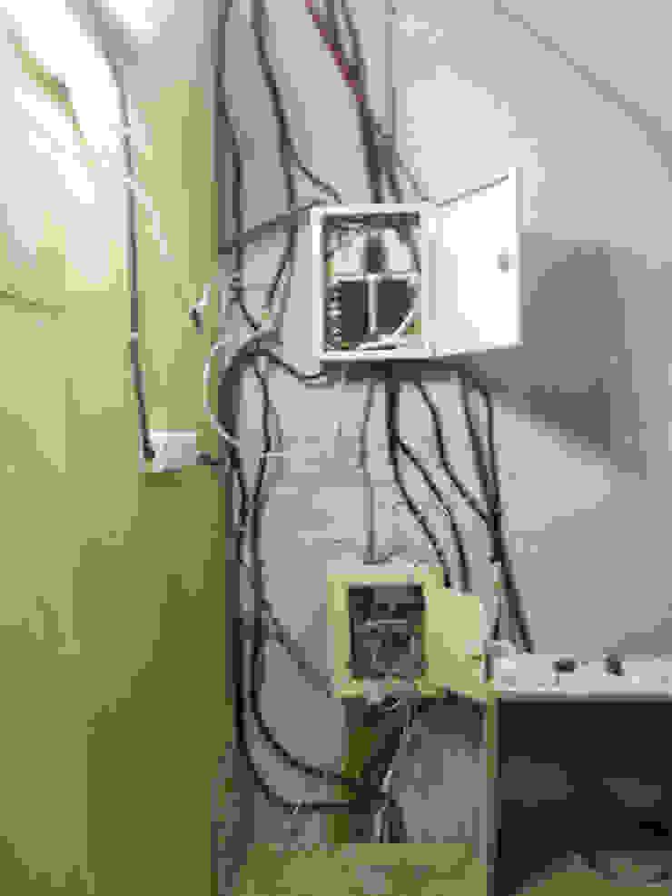 改造前水電管線一團糟,而且都是臨時電。 根據 wanchan interior / 萬仟工程有限公司