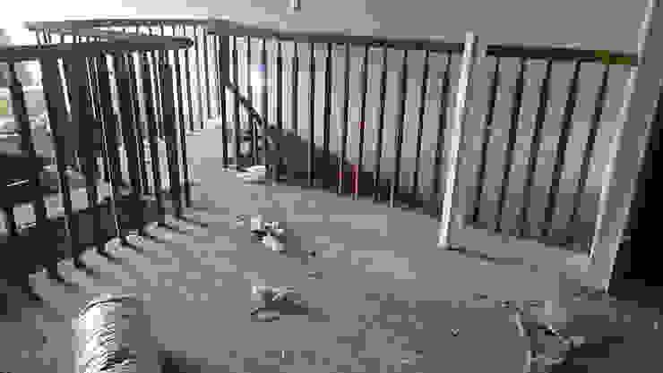 改造前從封死的樓梯上去發現樓板居然只有一半,跟另外兩戶也不相通。 根據 wanchan interior / 萬仟工程有限公司