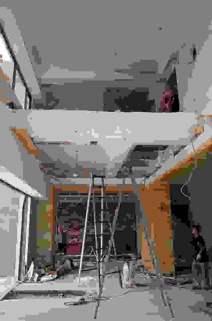 改造前設計師第一步驟就是把天花板和四周木作矮牆拆光光。 根據 wanchan interior / 萬仟工程有限公司