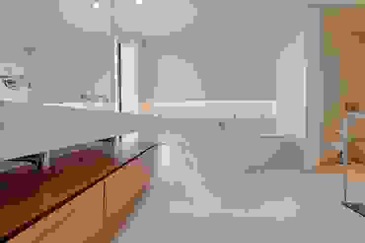 WC de suite luxuosa Casas de banho modernas por homify Moderno Cerâmica