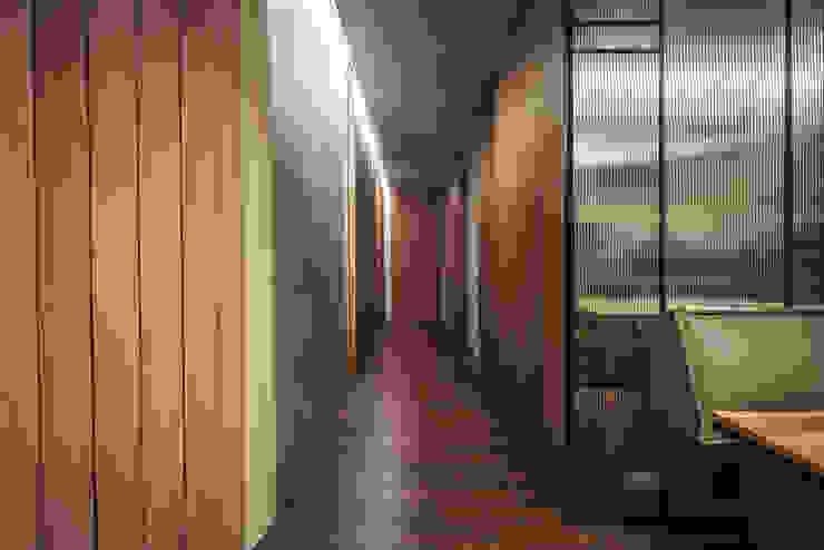 06 工業風的玄關、走廊與階梯 根據 樂沐室內設計有限公司 工業風 實木 Multicolored