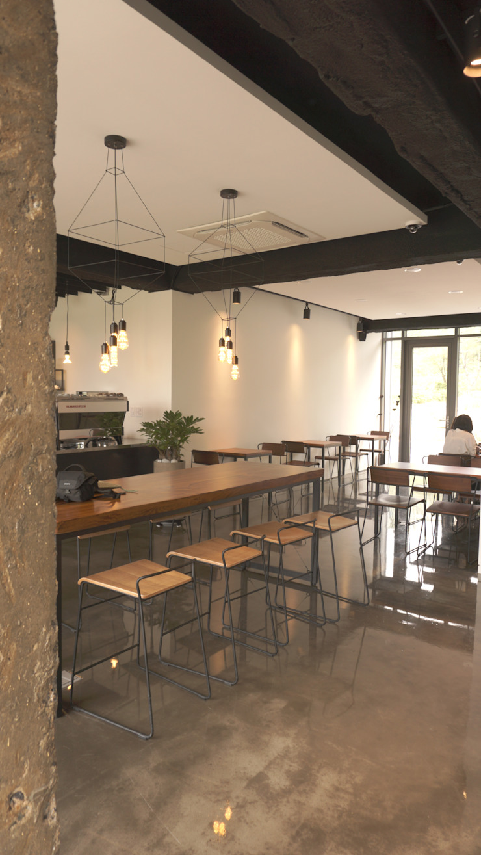 모안 (카페 & B&B) 모던 스타일 바 & 클럽 by atelierBASEMENT 모던