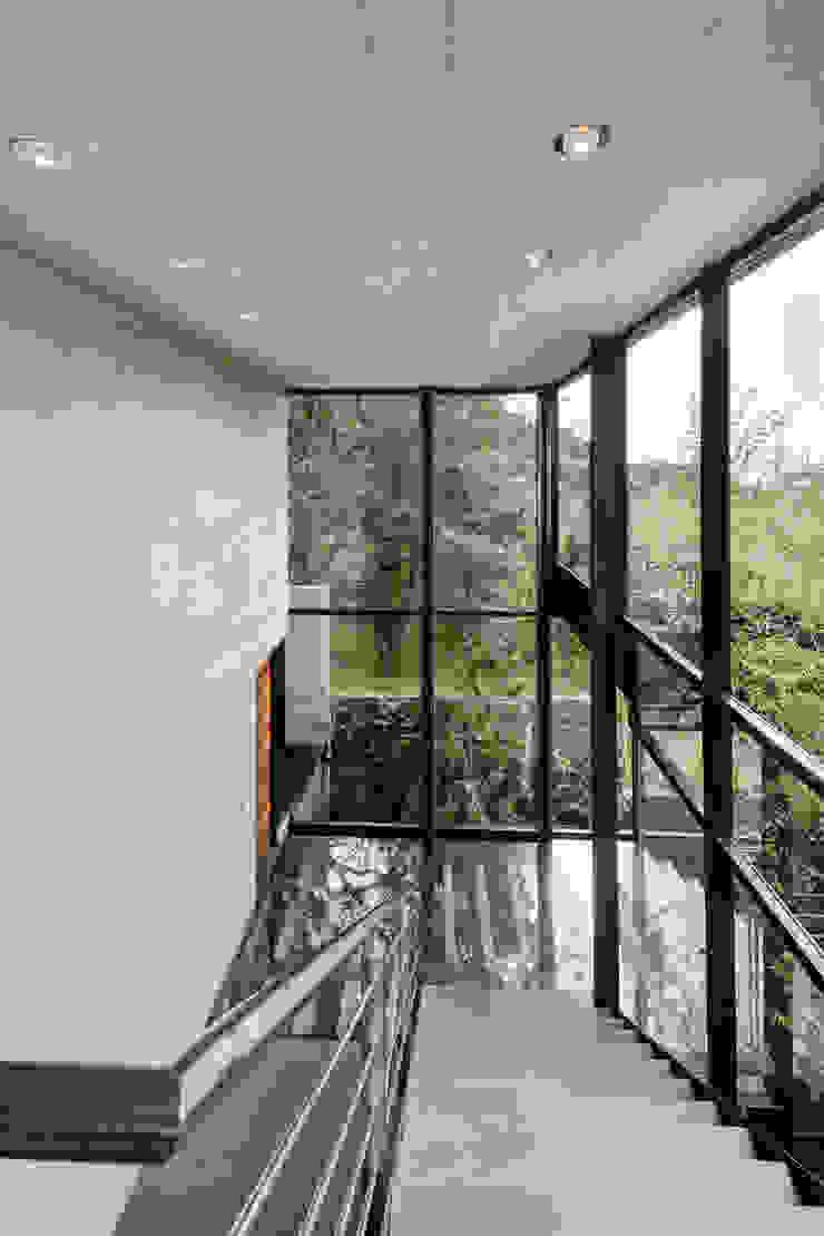 La Casa en el Bosque Pasillos, vestíbulos y escaleras modernos de grupoarquitectura Moderno