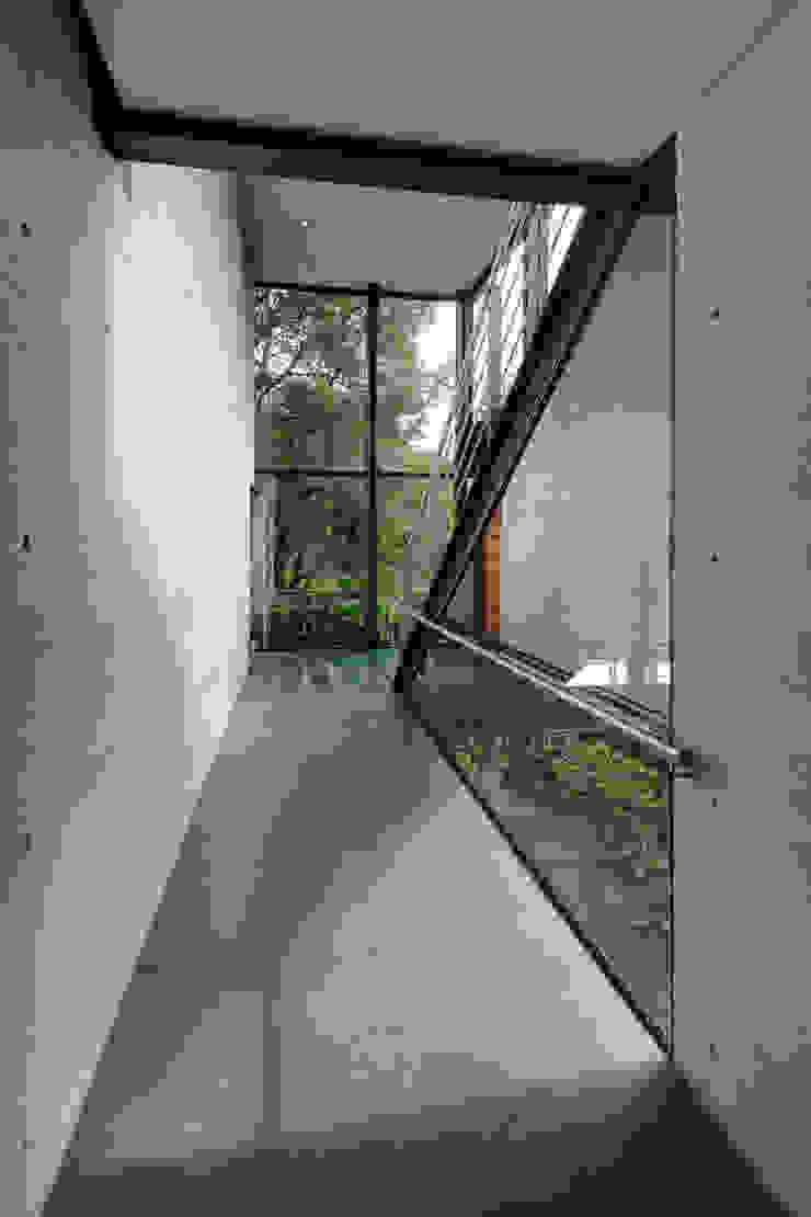 grupoarquitectura Modern corridor, hallway & stairs