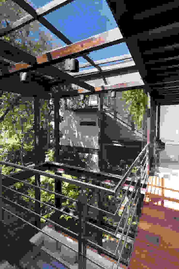 La Casa en el Bosque Paredes y pisos de estilo moderno de grupoarquitectura Moderno