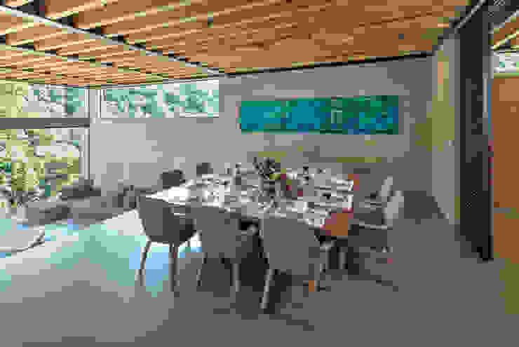 La Casa en el Bosque Comedores modernos de grupoarquitectura Moderno