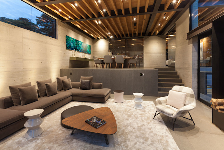 La Casa en el Bosque Salas modernas de grupoarquitectura Moderno