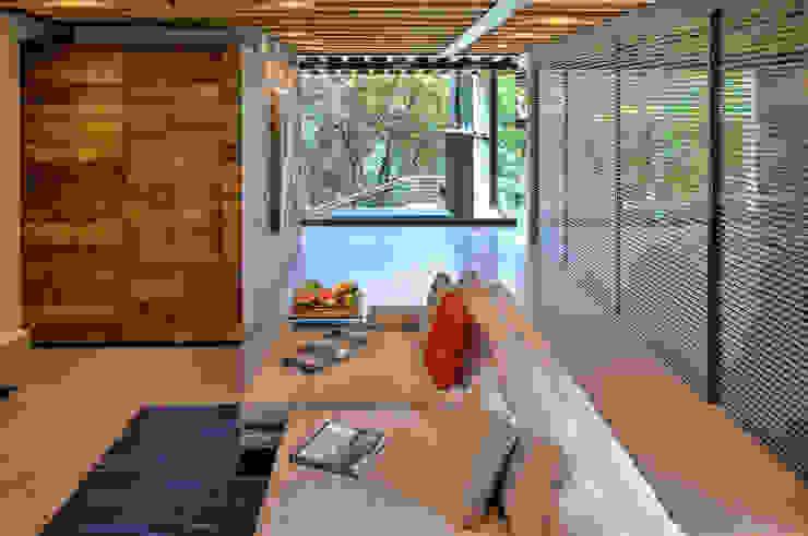 La Casa en el Bosque Salas multimedia modernas de grupoarquitectura Moderno