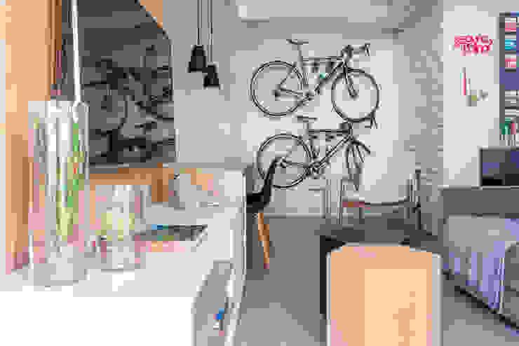 Sala de Estar com Bicicletas e Cantinho para Leitura: Salas de estar  por Danyela Corrêa Arquitetura,Moderno