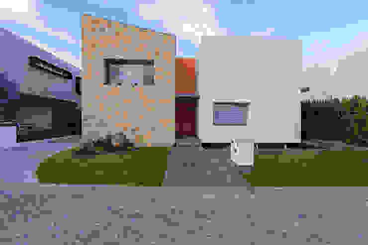 casa del parque /NUEVE CERO UNO/ Casas modernas: Ideas, diseños y decoración de espacio NUEVE CERO UNO Moderno Piedra