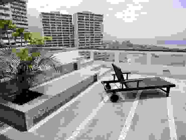 Apartamento de Playa Balcones y terrazas de estilo minimalista de RRA Arquitectura Minimalista Concreto