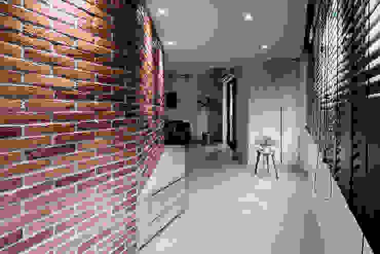 Corridor & hallway by 隹設計 ZHUI Design Studio