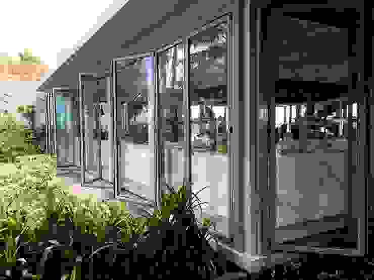 Puertas Plegadizas en Resort de una isla – Maldivas Puertas y ventanas de estilo moderno de AIRCLOS Moderno Aluminio/Cinc