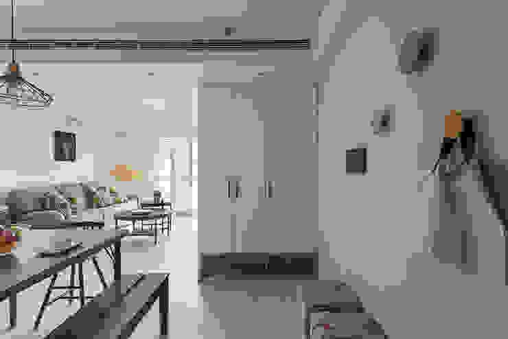 Pasillos, vestíbulos y escaleras clásicas de 倍果設計有限公司 Clásico