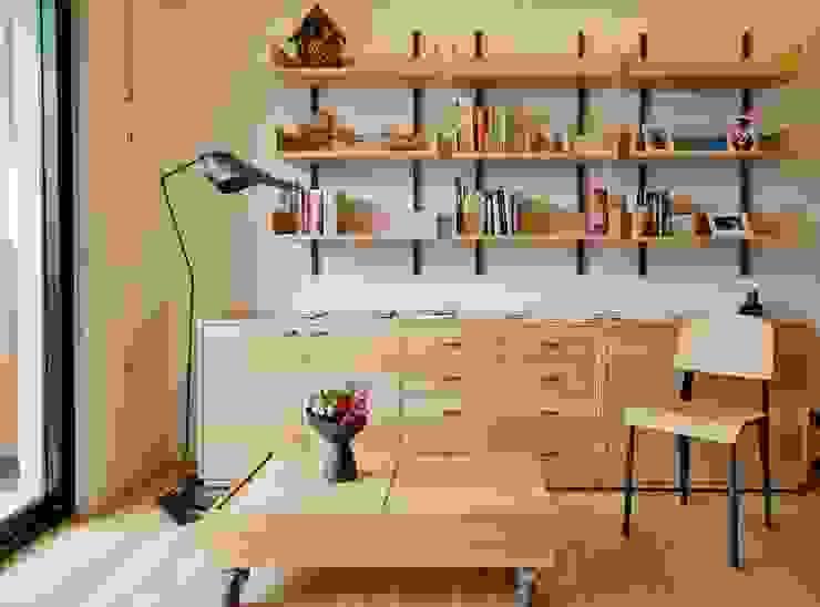 Ruang Keluarga oleh 直方設計有限公司, Minimalis