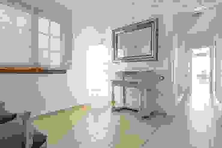 eM diseño de interiores Modern corridor, hallway & stairs