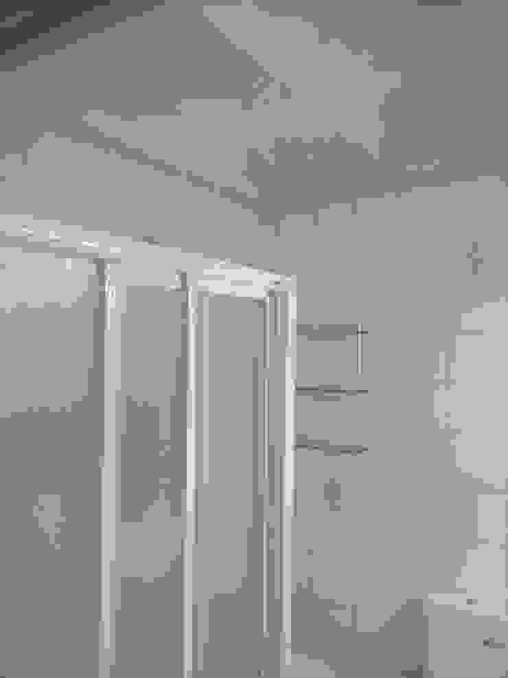 Modern bathroom by eM diseño de interiores Modern