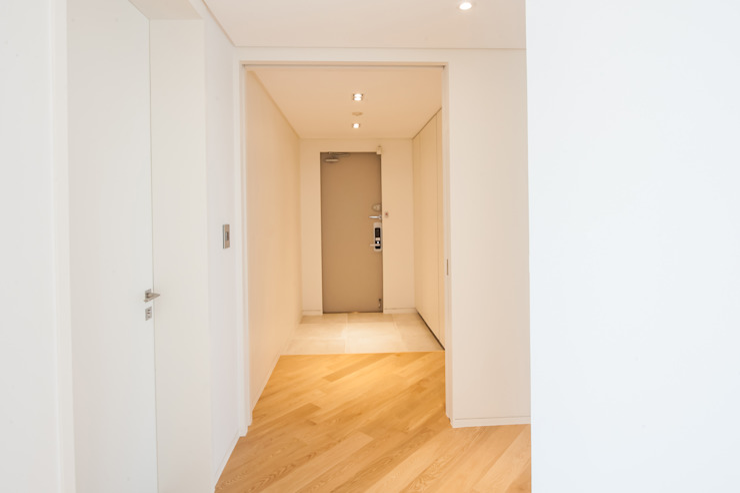 Pasillos, vestíbulos y escaleras modernos de 영보디자인 YOUNGBO DESIGN Moderno