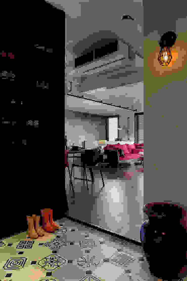 個性mix色感宅 工業風的玄關、走廊與階梯 根據 釩星空間設計 工業風