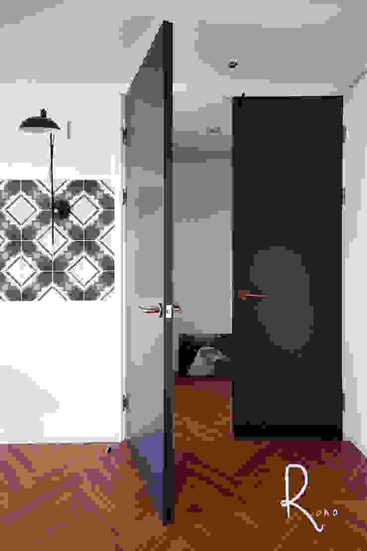 거실에서 안방과 드레스룸으로 들어가는 문 컨트리스타일 창문 & 문 by 로하디자인 컨트리 타일