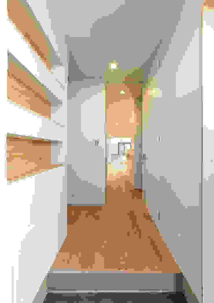 Moderner Flur, Diele & Treppenhaus von 中村建築研究室 エヌラボ(n-lab) Modern Holz Holznachbildung