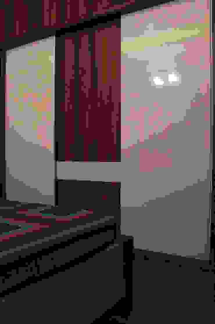 Bedroom 2 - Wardrobe Modern style bedroom by Soul Ziv Architecture Modern